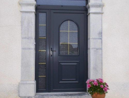 Porte d'entrée en bois sur-mesure de style classique