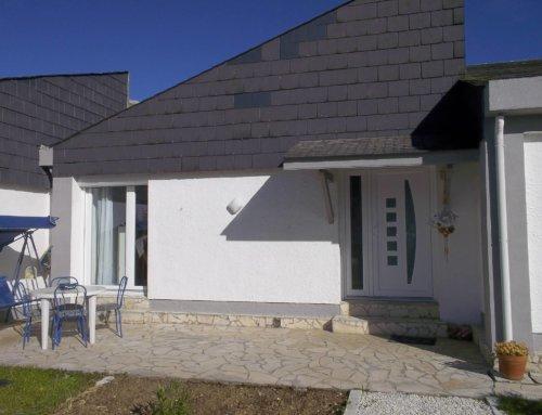 Porte d'entrée blanche moderne et fenêtres