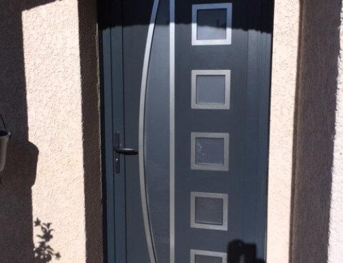 Porte d'entrée moderne en alu grise